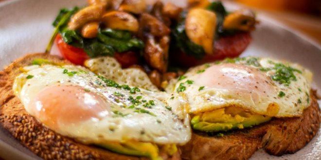 Ξεκίνησε τη μέρα σου με το πιο δυναμωτικό πρωινό. Φρυγανισμένο ψωμί με τηγανητά αυγά, αβοκάντο, ντομάτες, μανιτάρια και σπανάκι - BORO από την ΑΝΝΑ ΔΡΟΥΖΑ