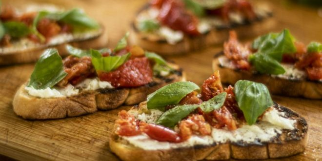 Αυθεντική Ιταλική μπρουσκέτα με κατσικίσιο τυρί και λιαστή ντομάτα - BORO από την ΑΝΝΑ ΔΡΟΥΖΑ