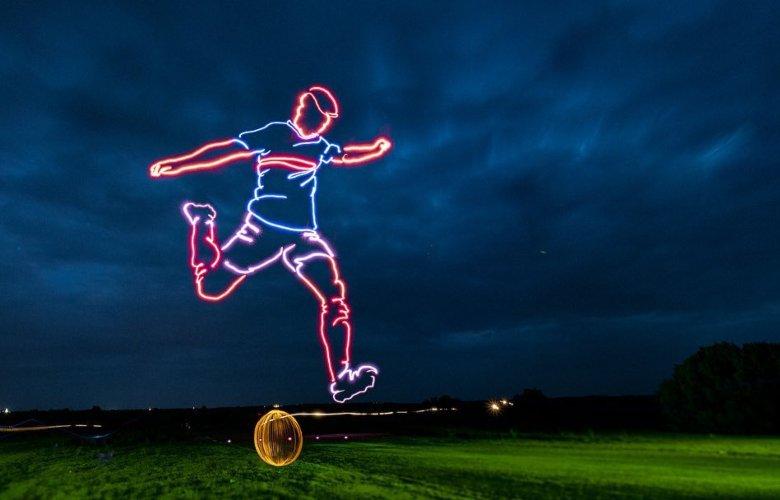 Ζωγράφισε στον ουρανό έναν ποδοσφαιριστή, χρησιμοποιώντας drones – News.gr