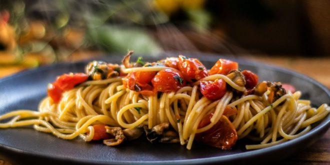 Μακαρονάδα Alla Tarantina, με μύδια και ντοματίνια στο τηγάνι - BORO από την ΑΝΝΑ ΔΡΟΥΖΑ